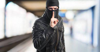 Zlodziej przykladajacy palec do ust