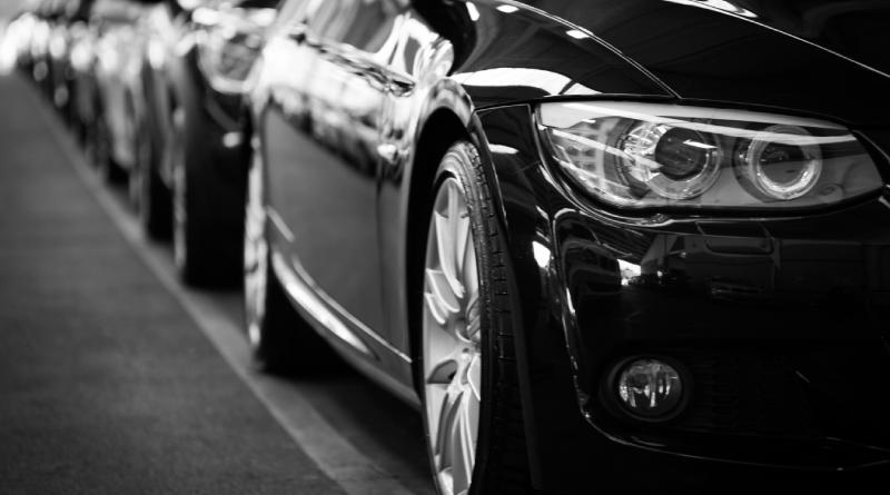 czarny samochód