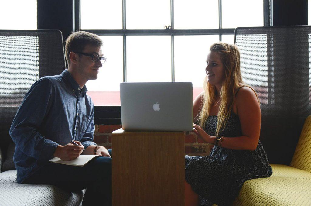 kobieta i mężczyzna przy laptopie