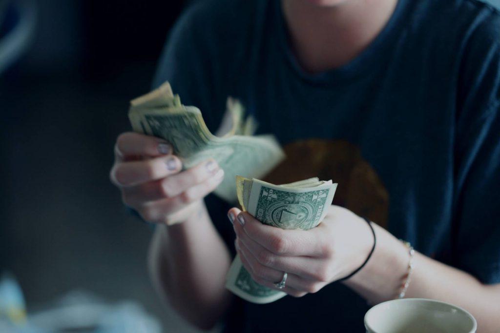 Osoba licząca pieniądze
