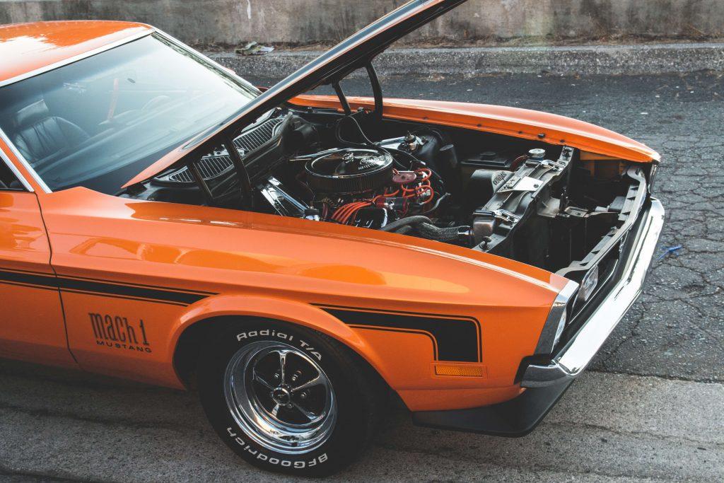 zepsuty pomarańczowy samochód