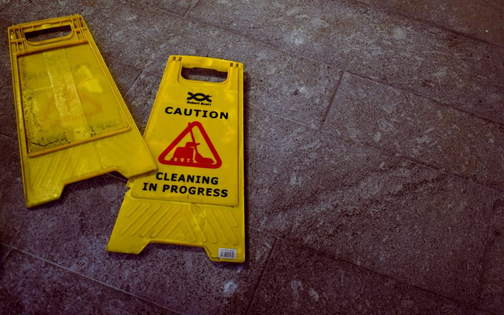 znak ostrzegawczy sprzątanie