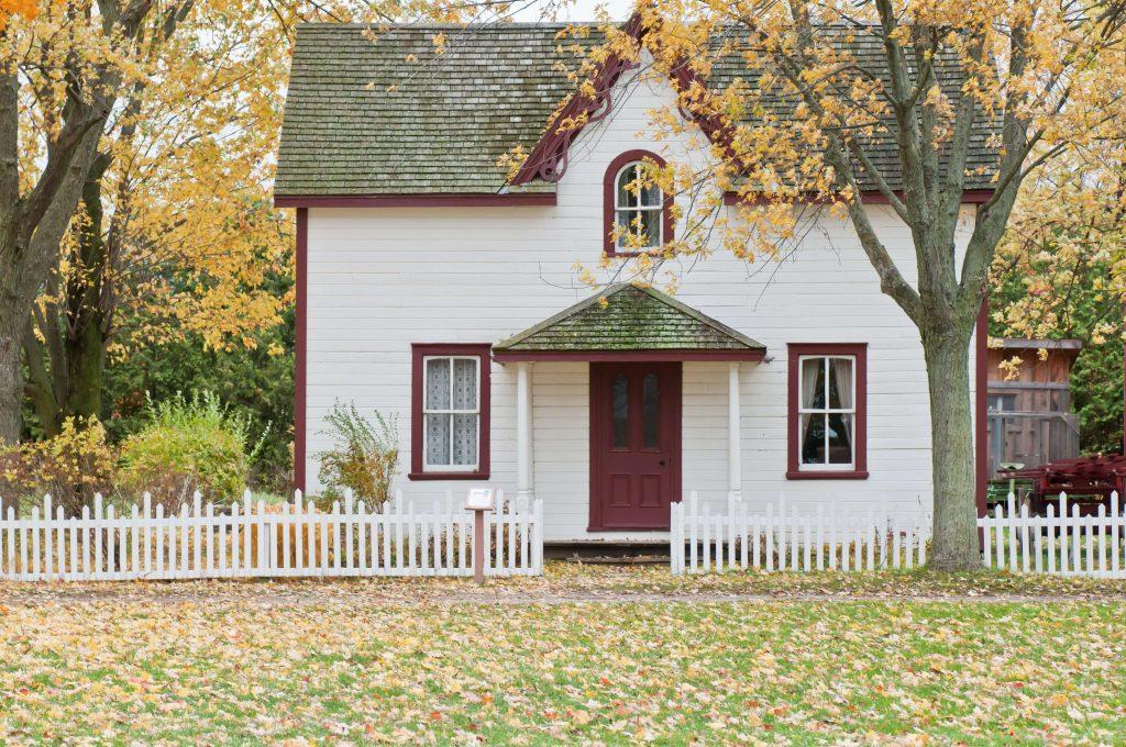 Biały dom z ogrodem