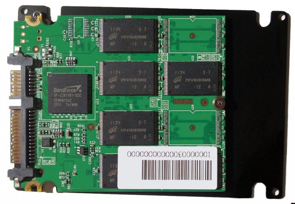 Wnętrze dysku półprzewodnikowego SSD z widocznymi kośćmi pamięci
