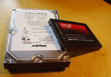 Porównanie wielkości dysku twardergo HDD z dyskiem półprzewodnikowym SSD