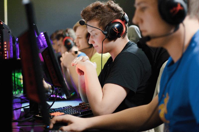 Gracze e-sportowi podczas rozgrywania turnieju