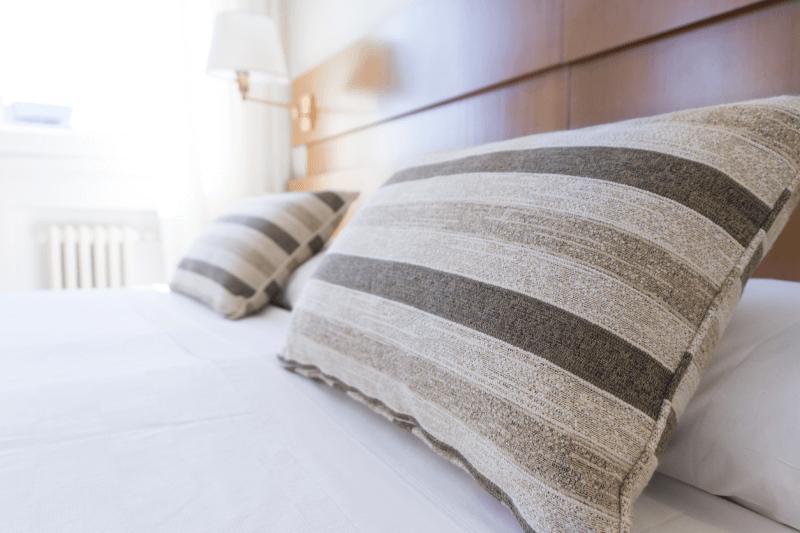 Poduszki leżące na łóżku w hotelu