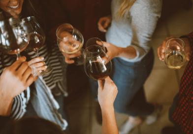 Grupka ludzi pijących alkohol na domówce