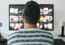Mężczyzna spędzający wolny czas przed telewizorem