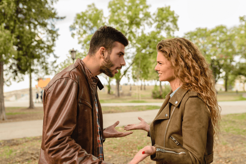 Para kłócąca się ze sobą w paradokumencie