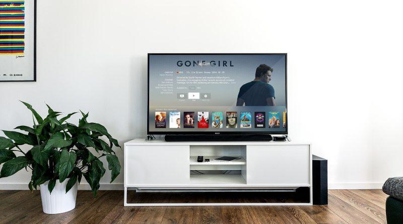 Oglądanie filmów w domu na kanapie